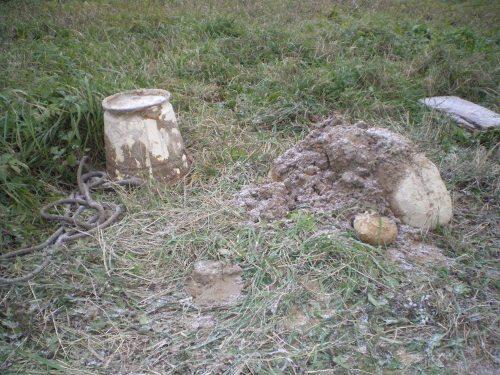 камень из ямы и ведро