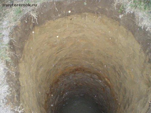 копают шахту колодца