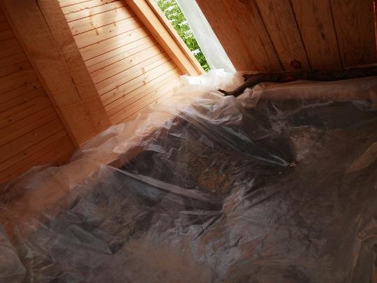 самодельный домик для колодца накрыт пленкой внутри