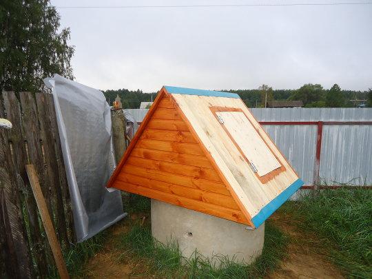 дверца установлена на домик колодца