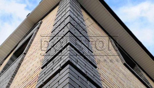 отделка угла фасада черным кирпичем